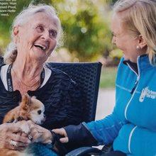 hund beroliger beboere på sykehjem